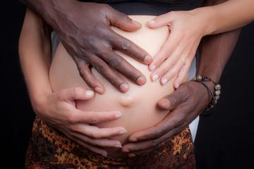 4 mains sur ton ventre