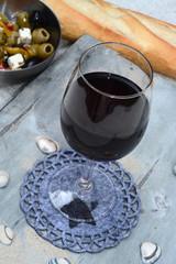 Rode wijn drinken tijdens de starndvakantie op het terras