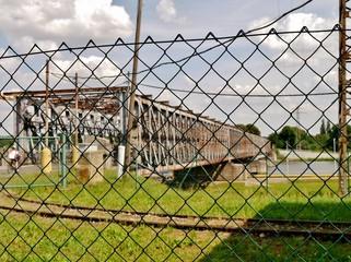 Brücke hinter Zaun