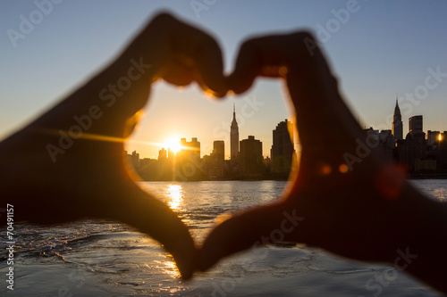Foto op Aluminium New York Heart Shaped Hands at Sunset, New York Skyline on Background