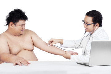 Overweight man check up to doctor 2