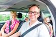 canvas print picture - Familie fährt mit dem Auto in die Sommerferien