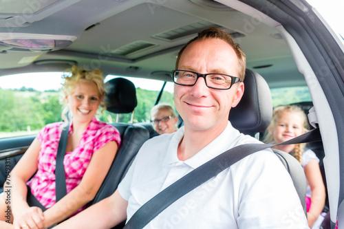 Poster Familie fährt mit dem Auto in die Sommerferien