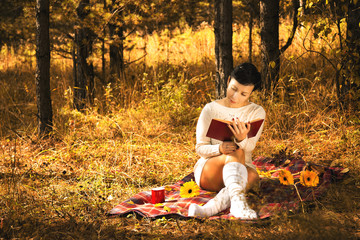 девушка в осеннем лесу