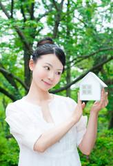 女性とミニチュアの家