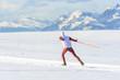 Skater vor winterlicher Gebirgskulisse