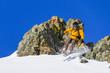 Skifahrer springt im felsigen Gelände