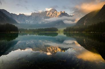 Jezioro alpejskie budzące się ze snu