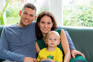 Familie sitzt auf einer Couch