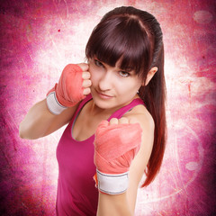hübsche Frau beim Boxtraining