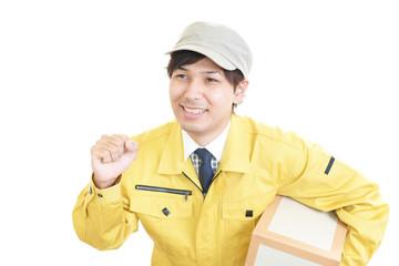 荷物を運ぶ笑顔の作業員