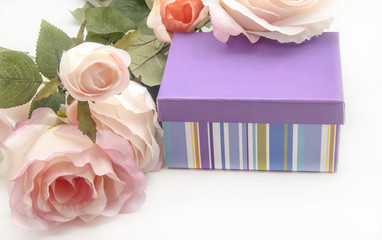 Caja de regalo con flores sobre fondo blanco