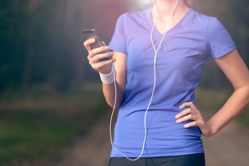 Frau beim Sport mit einem Smartphone hört Musik