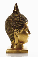 Gesicht der goldenen bhudda vor weißem Hintergrund