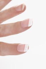 Menschliche Finger mit künstlichen Nägeln