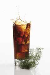 Cola und Eberraute auf weißem Hintergrund,close-up
