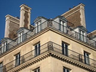 Façade d'angle d'immeuble de Paris