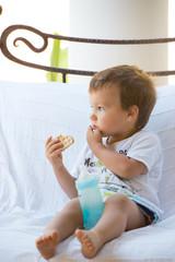enfant mangeant un gâteau - biberon