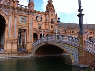 Brücke über den Wasserkanal am Plaza de España in Sevilla