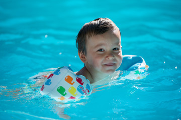 petit garçon dans une piscine