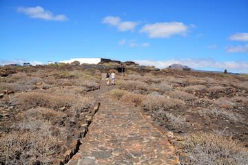 familia caminando por un camino de piedras en lanzarote