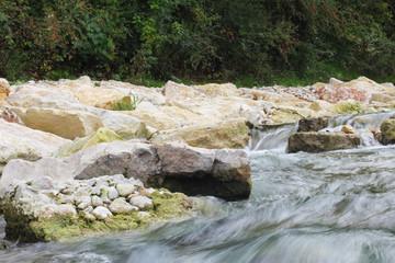 Felsen und eine reißende Strömung