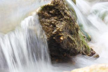 reißende Strömung um Felsen