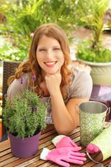 Junge Frau auf der Terrasse mit Lavendel