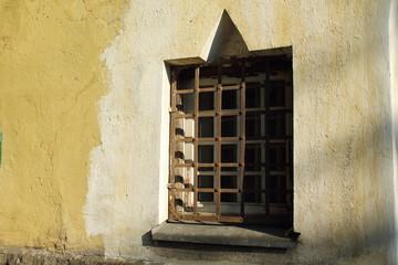 квадратное окно с решеткой