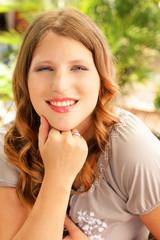 Hübsche junge Frau im Freien Portrait