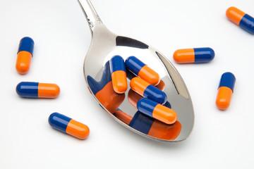 cuchara y capsulas medicas
