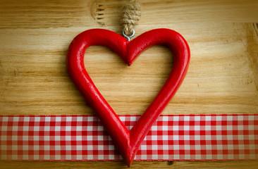 Rotes Herz, kariertes Band, rot -weiß, Holztafel