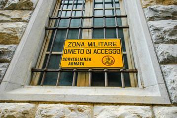Cartello Zona Militare, sorveglianza armata