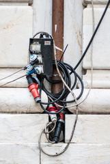Cavi elettrici collegati a prese
