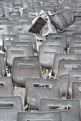 Tas de chaises en plastique noir