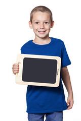 Junge mit blauem T-Shirt hält Tablet mit einer Hand
