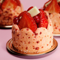 Mini cakes with strawberry and currant