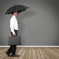 Mann mit Regenschirm  im Raum
