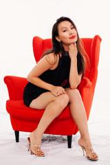 Chinesin sitzt auf Sessel