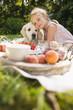 Junges Mädchen und Hund haben picknick