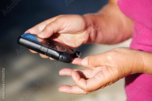 Leinwanddruck Bild Measuring blood sugar
