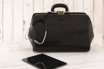 Hausbesuch, Arzttasche mit Stethoskop und Tablet