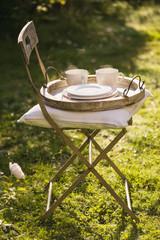 Frische heisse Kaffee auf Tablet auf Stuhl im Garten