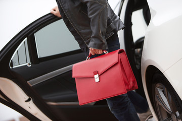 Geschäftsmann business Edelkarosse rote Tasche