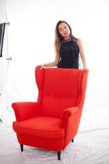 Frau sitzt auf Sessel