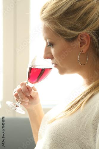 canvas print picture Frau trinkt ein Glas Rotwein