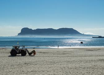 Limpieza playa con Gibraltar al fondo