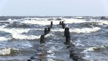 Buhne mit Möwen in der Brandung der Ostsee