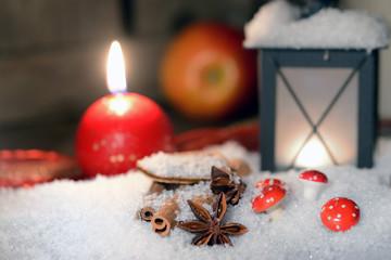 Laterne mit Kerzenschein und Apfel