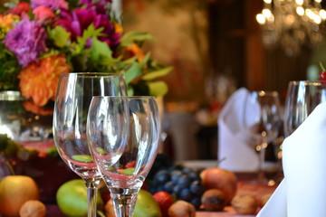 Weinglas auf Esstisch